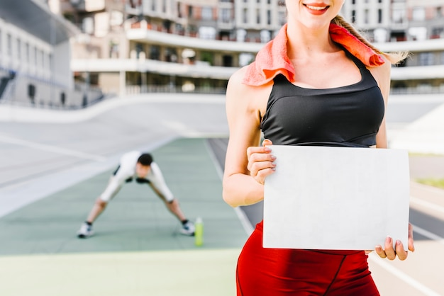 Plano medio de mujer con cartel
