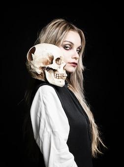 Plano medio de mujer con cráneo en hombro