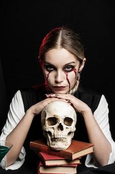 Plano medio de mujer con cráneo humano