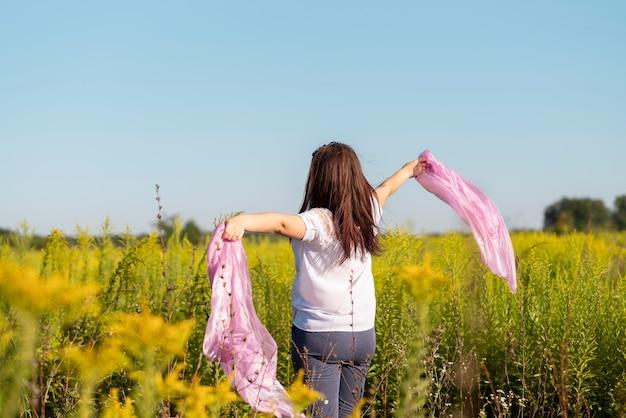 Plano medio de una mujer joven en la naturaleza