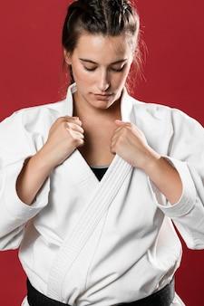 Plano medio de mujer luchadora mirando hacia abajo