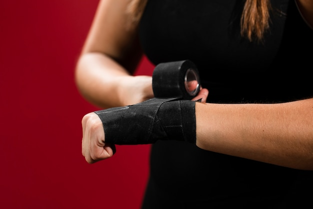 Plano medio de mujer con manos vendadas