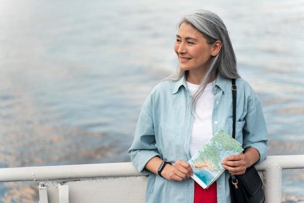 Plano medio mujer sosteniendo mapa