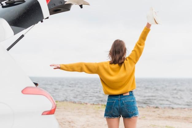 Plano medio de una mujer viajera divirtiéndose