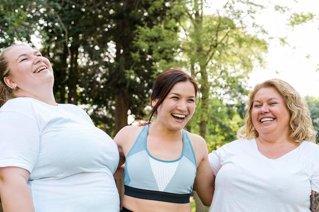 Plano medio de mujeres que usan ropa deportiva