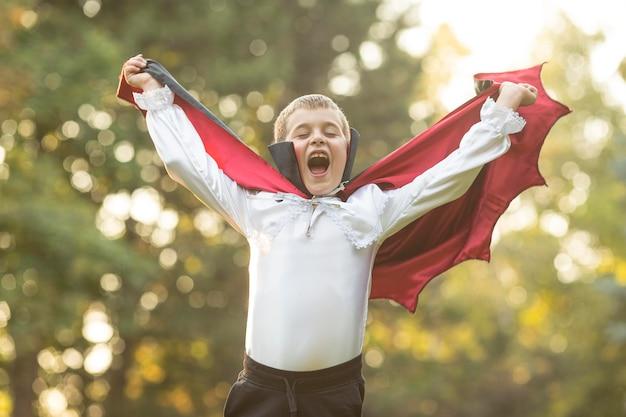 Plano medio de niño en concepto de traje de drácula