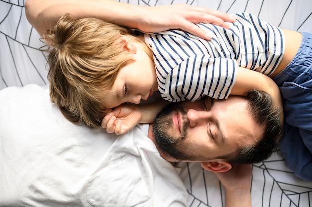 Plano medio padre e hijo durmiendo