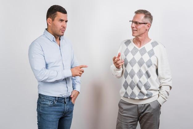 Plano medio de padre e hijo hablando