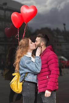 Plano medio de la pareja besándose