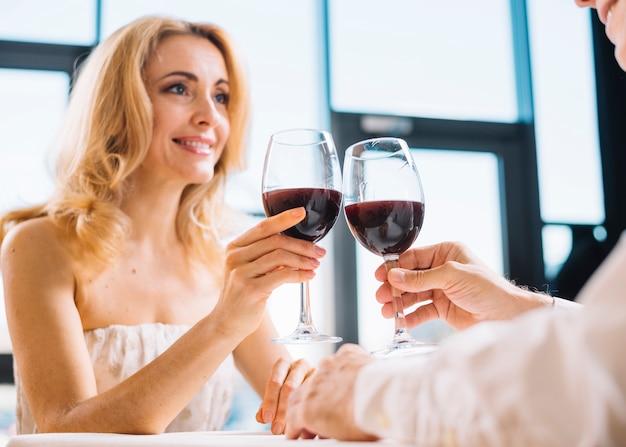Plano medio de pareja en la cena