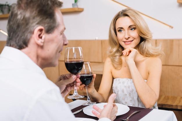 Plano medio de una pareja encantadora durante una cita