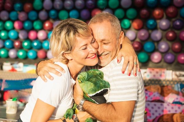 Plano medio pareja feliz abrazando