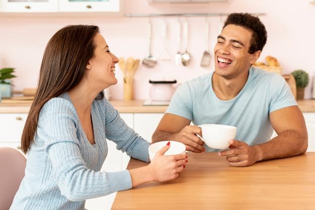 Plano medio pareja feliz comunicando