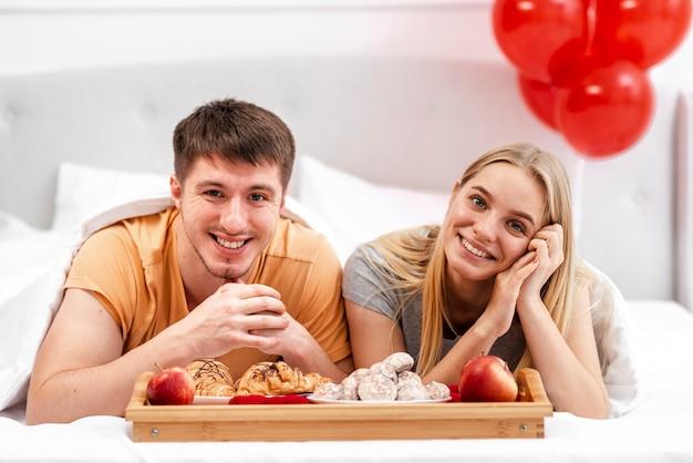 Plano medio pareja feliz posando juntos