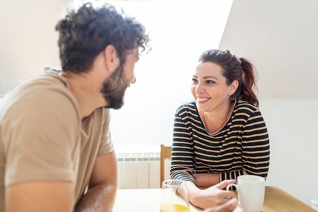 Plano medio de pareja hablando