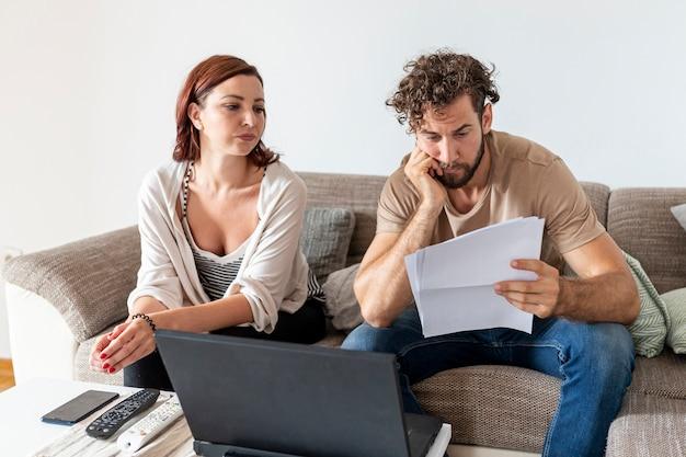Plano medio de una pareja pensando en algo