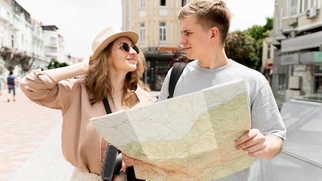 Plano medio pareja sosteniendo mapa