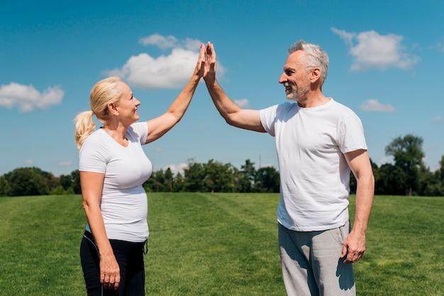 Plano medio personas mayores
