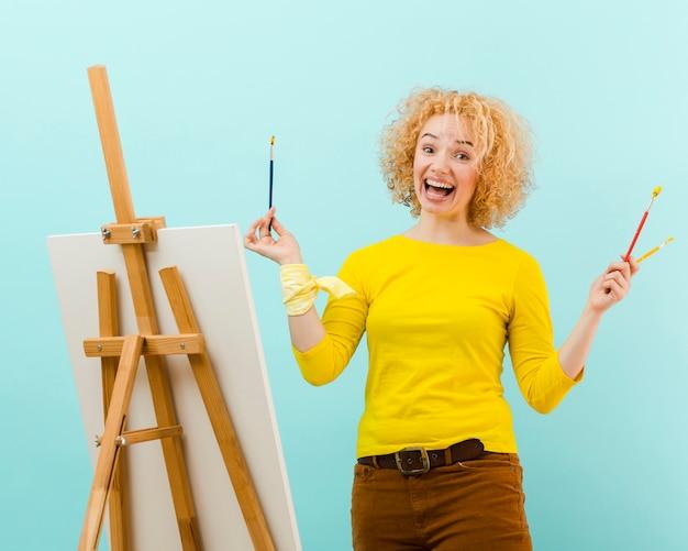 Plano medio de pintura de mujer rubia