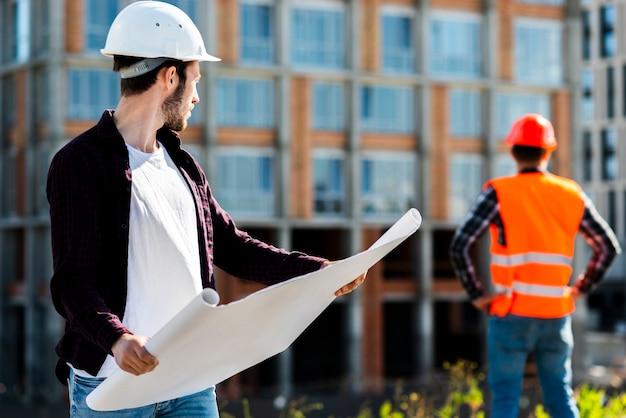 Plano medio retrato de arquitecto supervisando la construcción