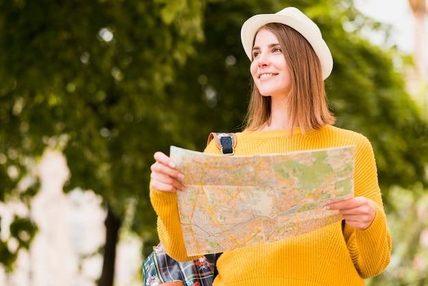 Plano medio del sonriente viajero solitario.