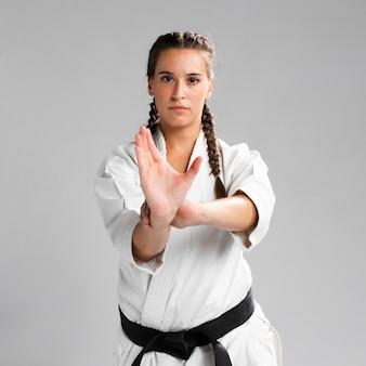 Plano medio de la vista frontal de la mujer luchadora