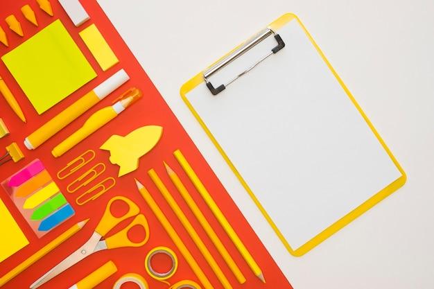 Plano de papelería de oficina con bloc de notas y tijeras