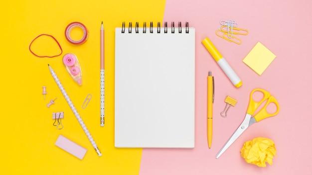 Plano de papelería de oficina con cuaderno y cintas elásticas