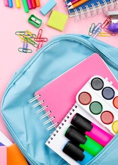 Plano de papelería de regreso a la escuela con mochila