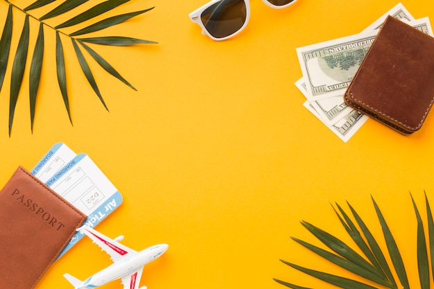 Plano de pasaportes y dinero con boletos de avión y estatuillas