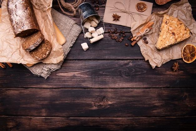 Plano de pasteles con cítricos secos y canela