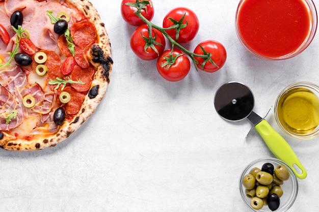 Plano pone deliciosa pizza con salsa