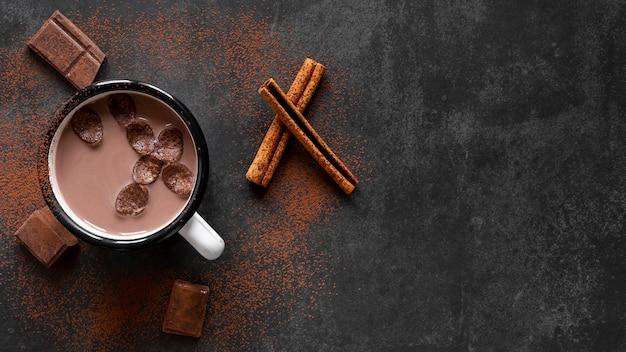 Plano pone delicioso arreglo de chocolate con espacio de copia