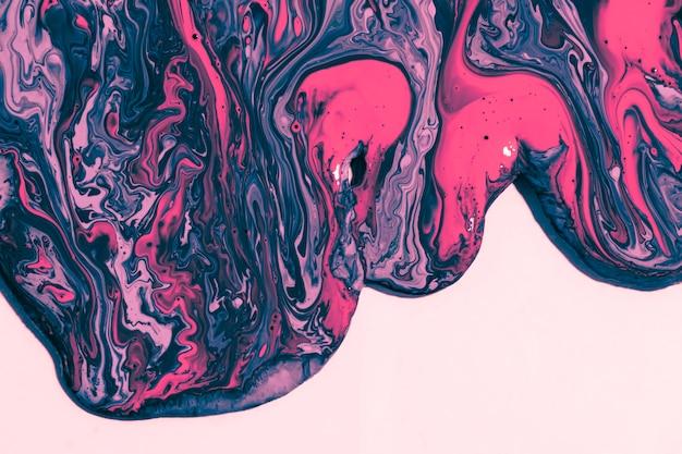 Plano pone pintura colorida sobre fondo rosa
