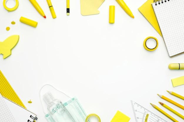 Plano recostado al marco de artículos escolares