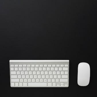 Plano de teclado y mouse en el escritorio