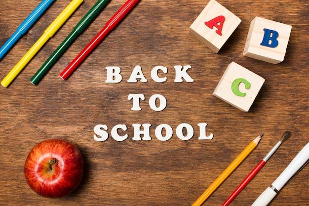 Plano yace de regreso a la escuela sobre fondo de madera.