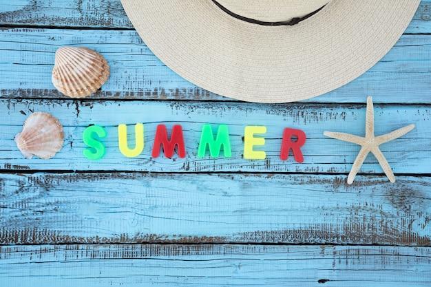 Planos accesorios de vacaciones con letras de verano.