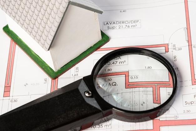 Planos inmobiliarios de alta vista con lupa