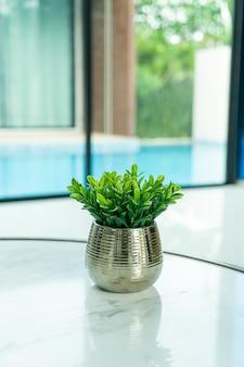 Planta en decoración de jarrón sobre la mesa en el salón