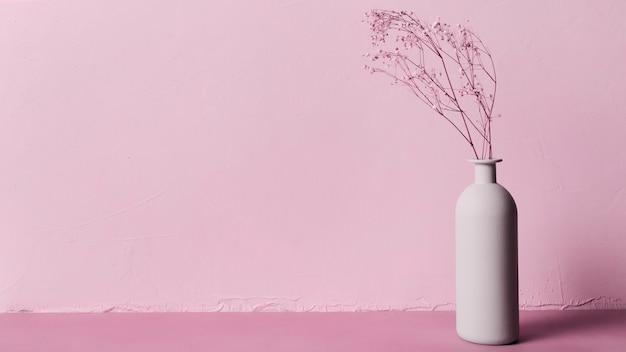 Planta decorativa dentro de jarrón minimalista