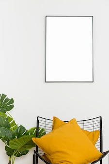 Planta decorativa con marco vacío y silla