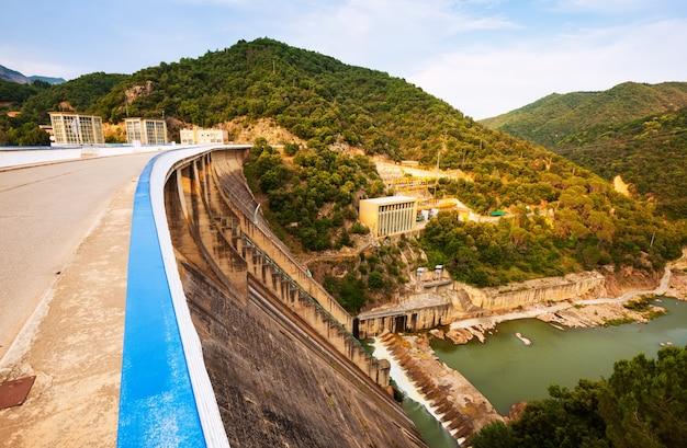 Planta de energía de agua en el río ter