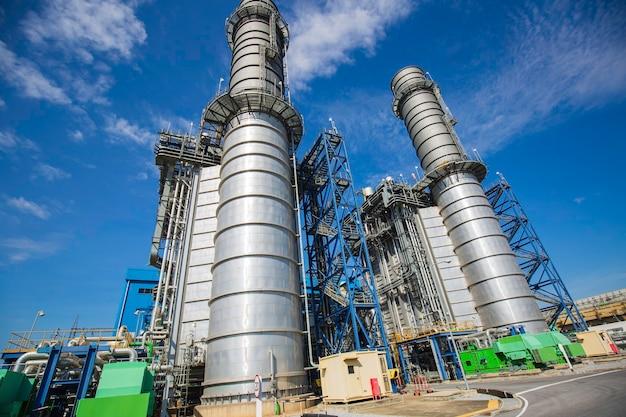 Planta de energía eléctrica durante la subestación chimenea y planta de energía hermoso cielo azul colur