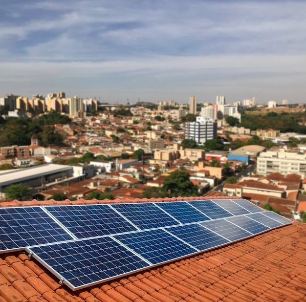 Planta de energía fotovoltaica en el techo de un edificio residencial en un día soleado - concepto de energía solar de recursos sostenibles