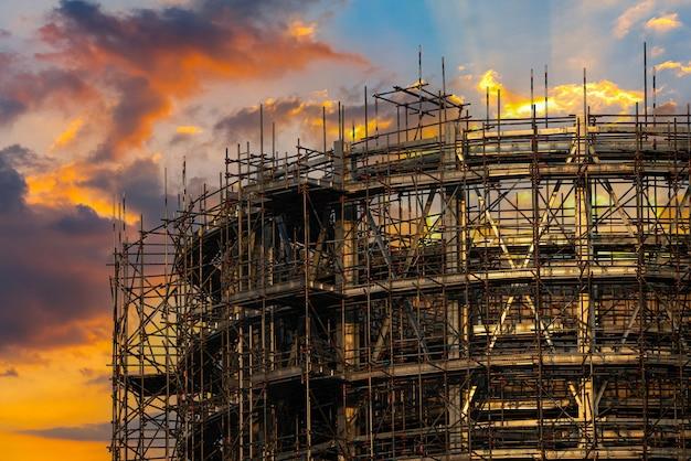 Planta de energía para industrial en el crepúsculo
