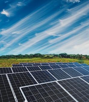 Planta de energía solar sobre un hermoso cielo nublado