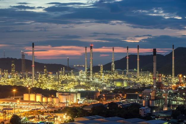 Planta de fábrica de refinería de petróleo petroquímica hermosa puesta del sol en la noche