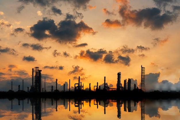 Planta de la industria de refinería de petróleo y gas a lo largo del crepúsculo