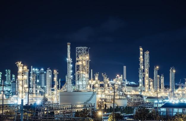Planta de la industria de refinería de petróleo y gas en la noche